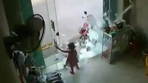 拉关玻璃门时瞬间炸裂 女孩吓得大哭丝毫未伤