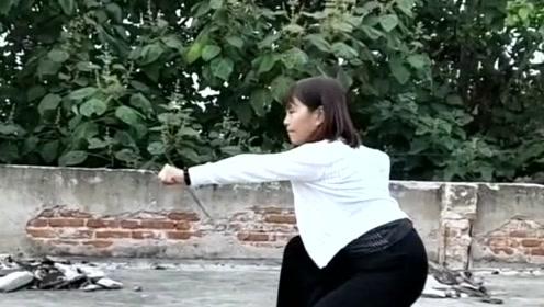 邻家大姐屋顶练拳术,不愧是功夫高手,五步拳打的有水平
