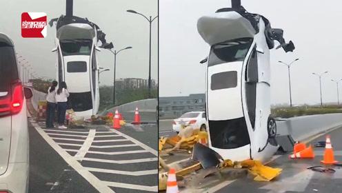 """私家车飞上了高速标志杆,垂直""""站""""在路上:疑似匝道犹豫"""