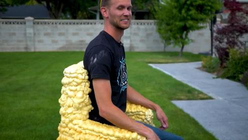 情侣吵架打烂家里的椅子,男友用泡沫重新做了一个,丑的不像样子