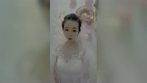 美女自拍:漂亮单身女孩穿婚纱,这是想结婚了吗?