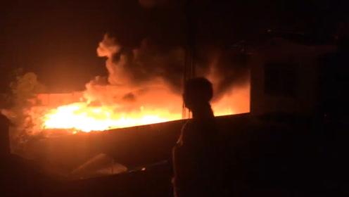 桂林一厂房凌晨突发大火 周围建筑都被火光映红