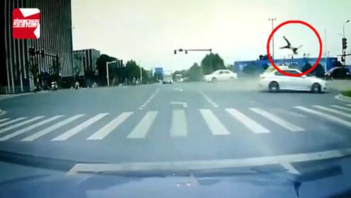惨烈!扬州轿车与2辆电动车相撞,骑车人腾空数圈倒地1死1伤