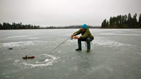 渔民在冰面挖洞钓鱼,不料爬出一只活物,还赖着渔民不肯走!