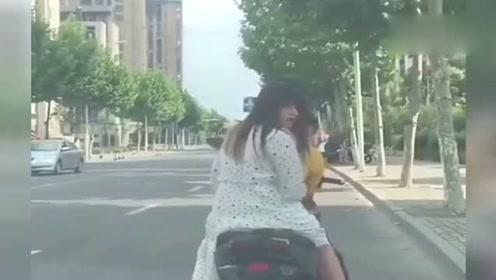 最近这个视频要火了,飞起一脚女友掉了,内容极度舒适