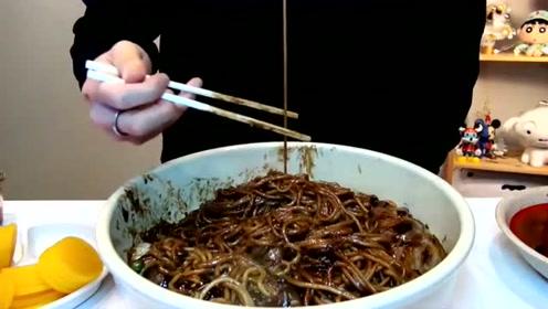 大胃王奔驰小哥吃炸酱面,深渊巨口,几口吃完10人分量!