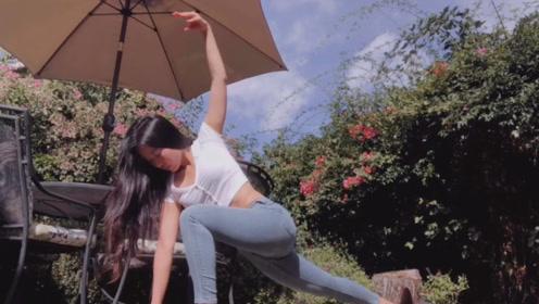 蓝天白云的好天气,瑜伽美女在花园中做拉伸运动,已经美成一幅画