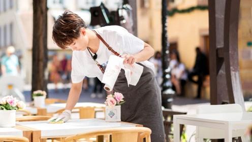 王俊凯因档期退出《中餐厅》,强忍泪水安慰众人,懂事得让心疼