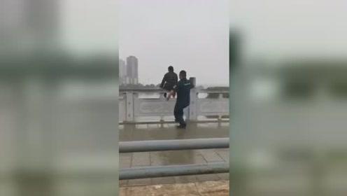 """女子坐桥栏杆上欲轻生 民警一记""""抱摔""""化险为夷"""
