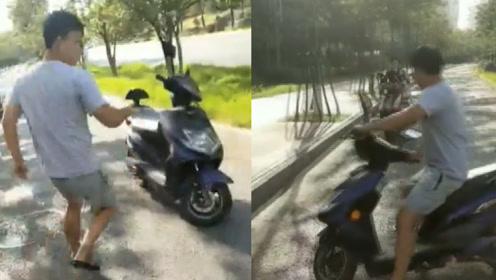 江苏一猥琐男子当街对女子做不雅举动,女子骑车逼停扭打多处受伤