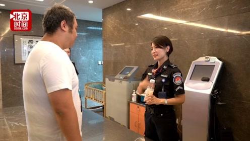 美女安检员坚守岗位12年 用最美手语为聋哑人指明道路