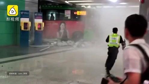 突发!公交车撞进深圳北站大厅 交警:司机操作不当引发
