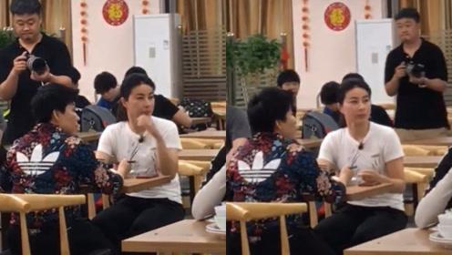 郭晶晶与邓亚萍相聚餐馆热聊,郭晶晶饭后直接用手擦嘴行为豪迈