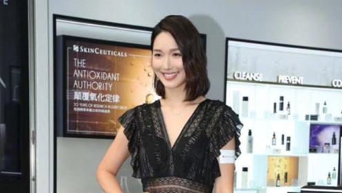 王祖蓝爱妻身姿曼妙,穿黑色连衣裙显瘦显高