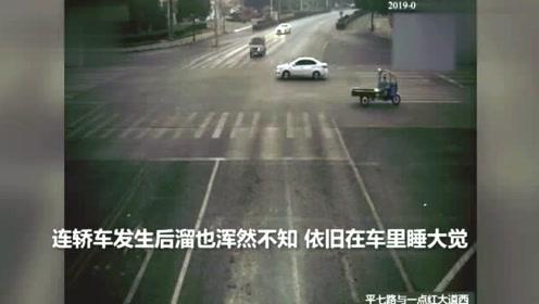 危险醉驾男子红绿灯路口在车上呼呼大睡路人也叫不醒只好报警