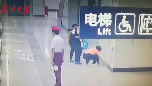 宝宝忍不住在地铁站台尿尿,父母这样做