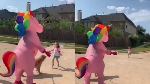 妈妈装扮成粉色独角兽迎接女儿放学,拥抱的一瞬间太治愈了