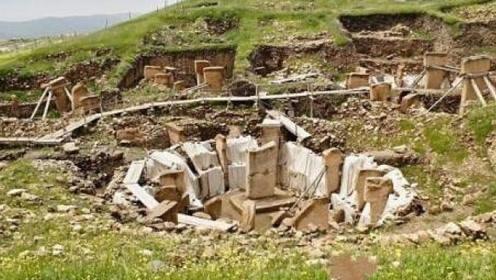 """成吉思汗墓挖到一半,没想到墓中""""守护神""""阻拦,村民:赶快住手"""