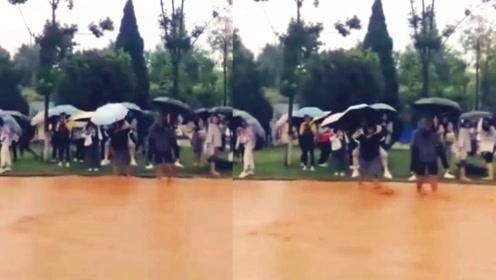 """雨中见真情!西南林业大学雨流成""""河"""" 男生一个举动获网友盛赞"""