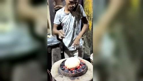 柬埔寨农村烙大饼,用手抓不拍烫!