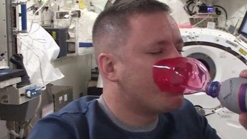 宇航员是怎么在太空中喝水的?拧开饮料瓶盖的那一刻,悲剧发生了