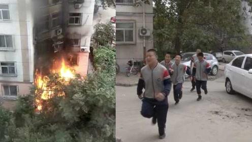 小区起火,6名初中生进火场挨个敲门疏散居民:学校刚消防演练