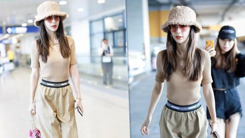 baby杨颖秋天穿搭好减龄,卡其色造型走机场,像个小女生