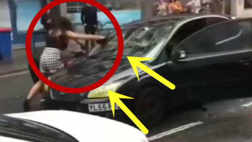 两个路怒症都不是善茬,女子惹怒男司机,瞬间被撞飞!