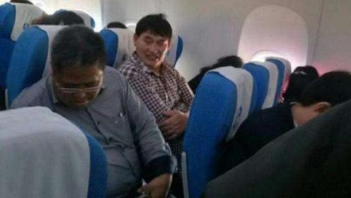 大衣哥朱之文坐飞机,谁注意了他的举动,网友:真实素质一目了然