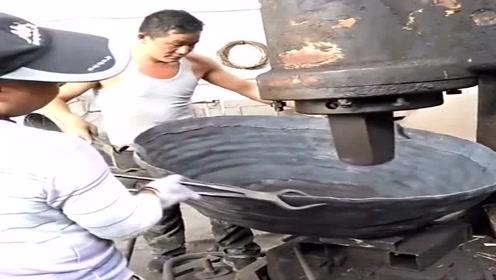 农村工匠手工打造大铁锅,这么费劲,500一个不算贵!