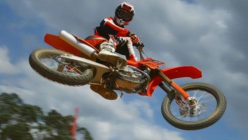 国外摩托车爬坡比赛,一拧油门摩托飞了,网友:又好笑又心疼!