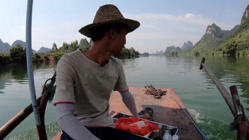 小明跟朋友出船搞野,收获的野味烤成了香喷喷的美食,太美味了