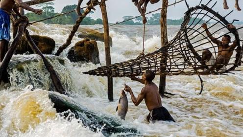 非洲穷人怎样捕鱼?看到这奔流不息的河水,佩服他们的勇气