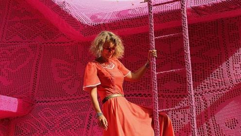波兰女孩沉迷于织毛衣 给房屋织了一件衣服 全球网友为她点赞