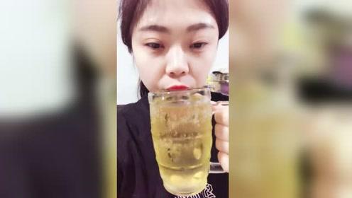 看美女直播喝啤酒,大杯的啤酒一口气就都喝完了,真的很过瘾!