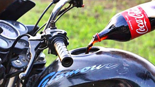 小伙给摩托车油箱灌1大桶可乐,跑俩小时出事了,最后只能推回去