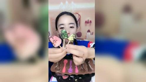这个小姑娘吃的小雪糕真可爱,听她嚼的声音,就感觉很好吃