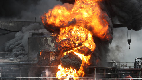 火球冲天!韩国蔚山港油轮突然爆炸起火 桥上汽车狂逃如灾难大片