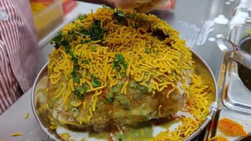 小伙街边卖特色小吃,8块1份,印度朋友吃上一口很满足