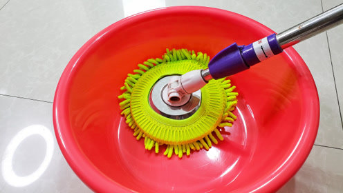 清水拖地等于白拖,往水里加一点,地板干净又耐脏,方法简单实用