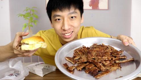 小伙第一次吃猪扒包,直接加100块猪扒肉,吃的太过瘾了!