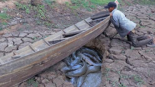 小伙在干涸的河床上发现一条破船,翻看一看小伙乐坏了!