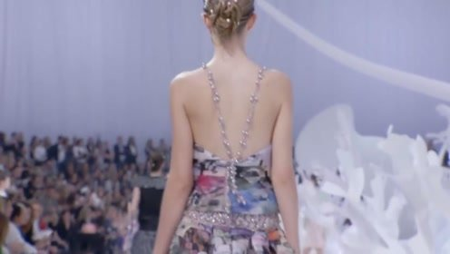 香奈儿模特的后背太美了,有种想拔上一罐的冲动!