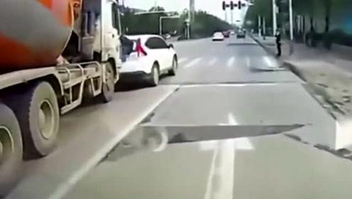 轿车被泥罐车追尾,后备箱稀巴烂,监控拍下惊险过程