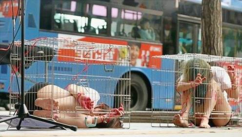 """街头惊现""""笼中少女"""",身上遍体鳞伤,引路人纷纷围观!"""