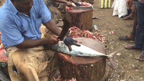 海鲜集市,独特的宰鱼方法,把鱼当木柴一样砍!