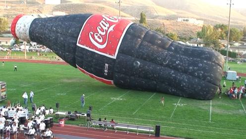 """学校操场出现""""巨型可乐"""",足足有30米高,大半个足球场大!"""