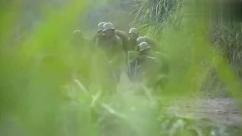 鬼子来偷袭,小伙要去指挥部队,政训处的人拿枪威胁:不让去