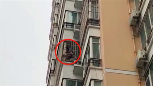 女孩不慎从7楼坠落 情急之中抓住6楼防盗网救命