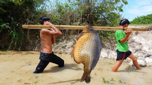 男孩自制神奇的陷阱,轻松捕抓大鱼,网友直呼:太不可思议!